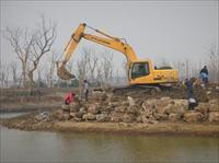 施工中的无锡鸿山湿地公园红石景观驳岸